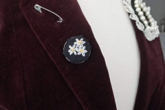 Hand-embroidered-daisy-brooch